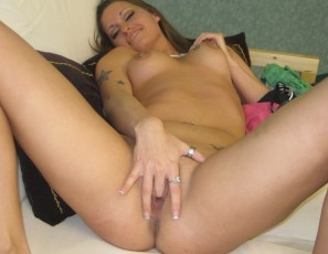 content/051714_hot_slut_plays_with_pussy/4.jpg