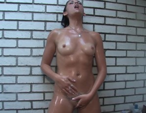 080313_hot_tampa_girl_showering_outside_and_finger_fucking