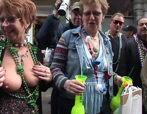 content/101213_mardi_gras_party_girls_flashing_in_public/1.jpg